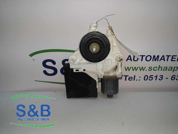 Door window motor from a Volkswagen Golf V Variant (1K5) 1.4 TSI 122 16V 2008