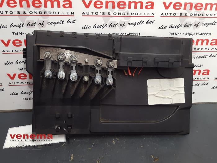 fuse box from a volkswagen polo (9n1/2/3) 1 4 16v 2002