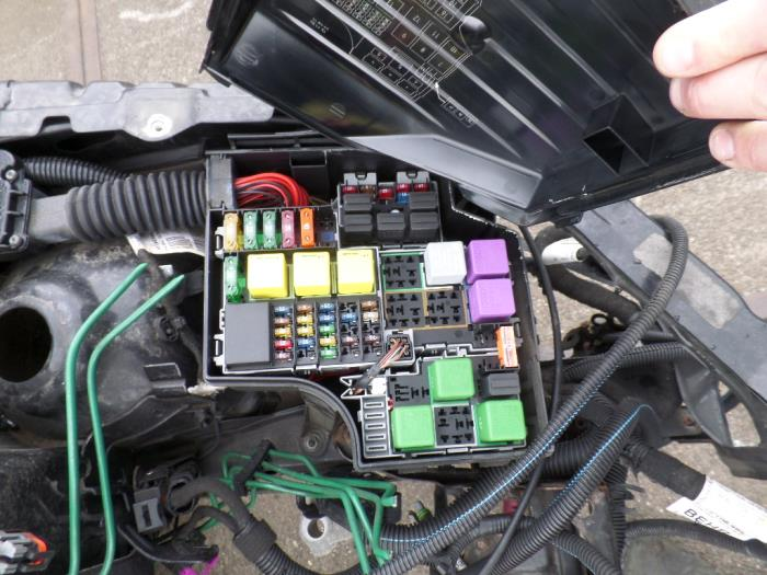 fuse box from a opel tigra twin top 1 4 16v 2006