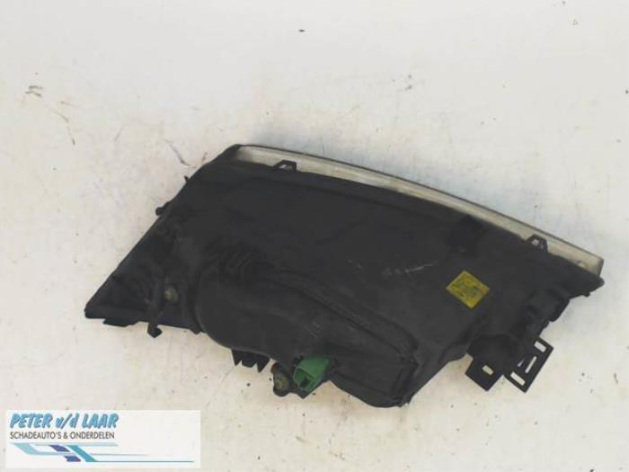 Phare droit d'un Ford Mondeo III 2.5 V6 24V 2001