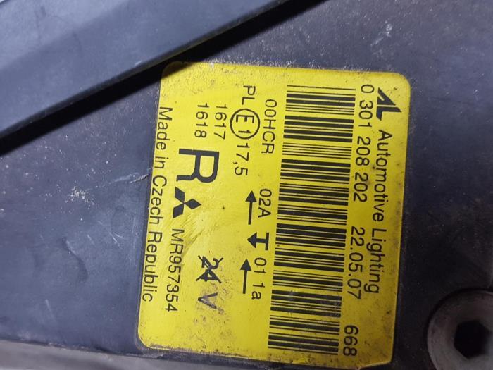 Headlight, right from a Mitsubishi Colt (Z2/Z3) 1.1 12V 2007