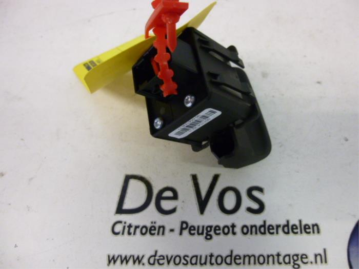 used peugeot 5008 i 0a 0e 2 0 hdif 16v parking brake switch rh proxyparts com