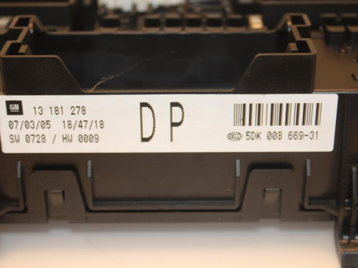 fuse box from a opel astra h (l48) 1 7 cdti 16v 2005