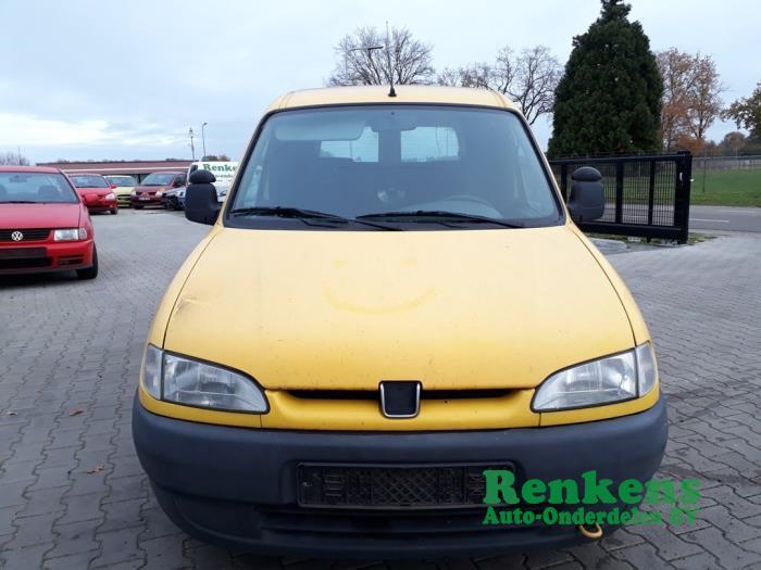 Headlight, left from a Peugeot Partner/Ranch 1.9 D 1999