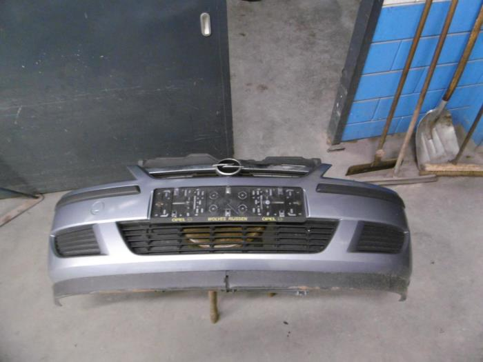 Front bumper from a Opel Corsa C (F08/68) 1.2 16V 2004