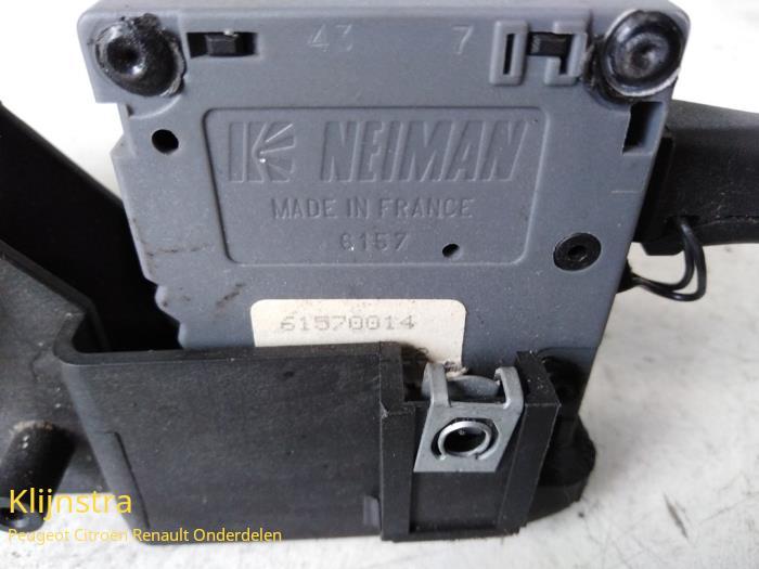 Interruptor combinado columna de dirección de un Renault Twingo (C/S06) 1.2 1998