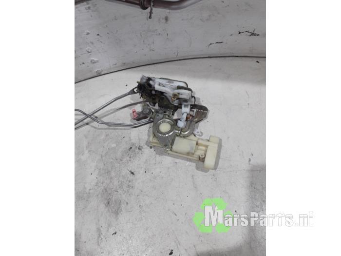 Door lock mechanism 4-door, front left from a Daihatsu Sirion/Storia (M1) 1.0 12V DVVT 2002
