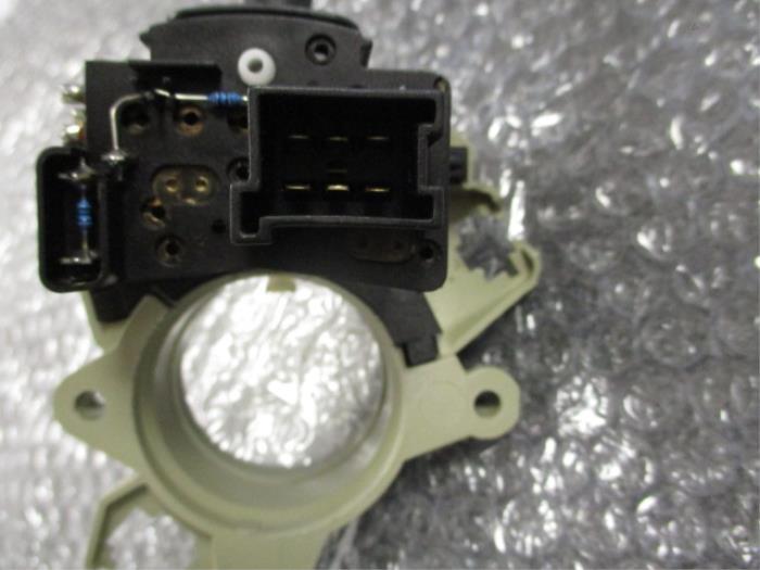 Interruptor de indicador de dirección de un Mercedes C (W203) 2.0 C-200K 16V 2002