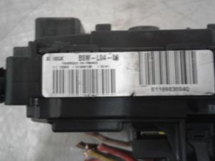 Sis additionally Fuse Box moreover 8195146 likewise Fuse Box furthermore ECUs And  puters. on peugeot 307 1 6 petrol fuse box