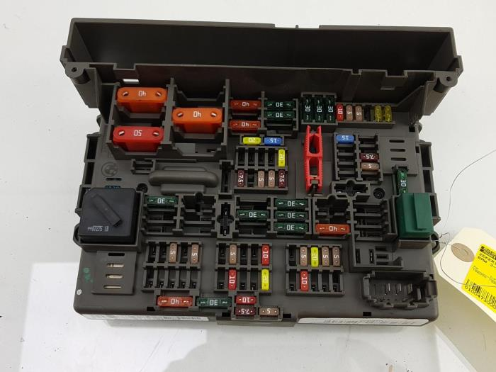 fuse box from a bmw 3 serie (e90) 318i 16v 2008
