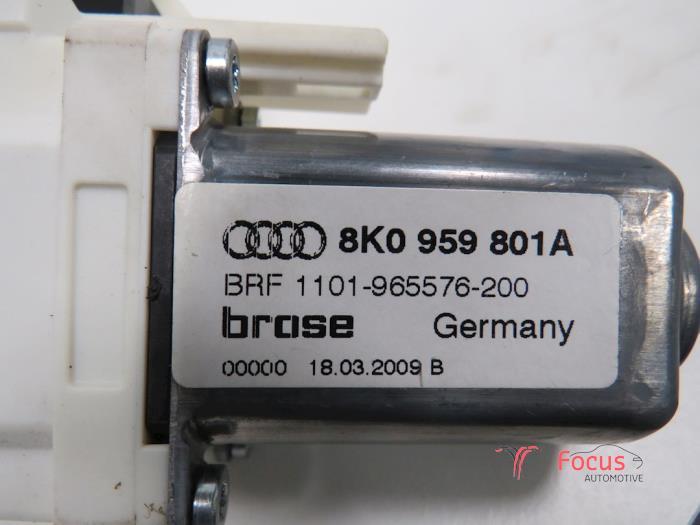 Door window motor from a Audi A4 Avant 2.0 TDI 16V 2009