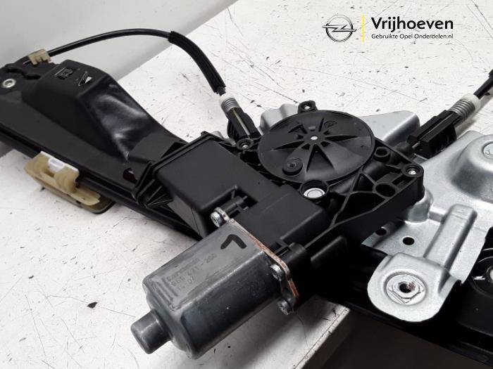 Mechanizm szyby lewej przedniej wersja 2-drzwiowa z Opel Astra J GTC (PD2/PF2) 1.6 SIDI Eco Turbo 16V 2014