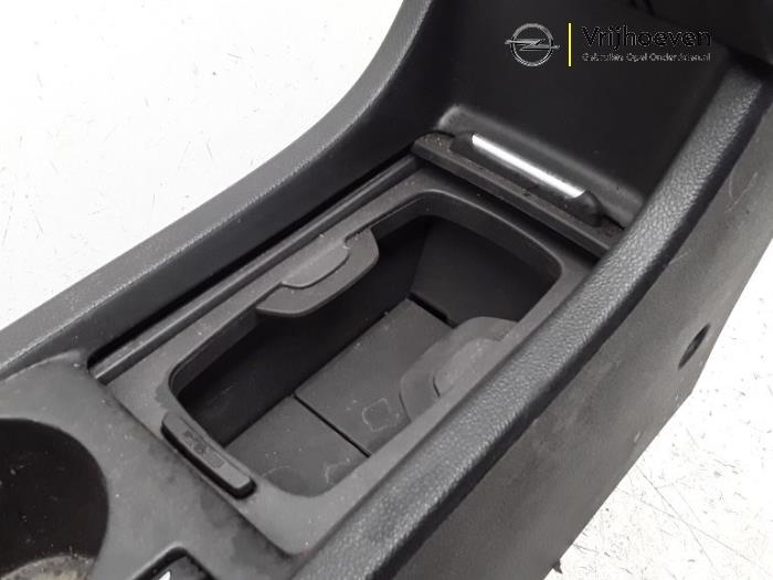 Armlehne van een Opel Astra J (PC6/PD6/PE6/PF6) 1.4 Turbo 16V 2012