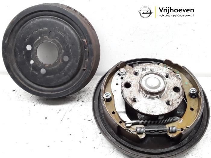 Rear brake drum from a Opel Astra G (F08/48) 1.6 16V 2002
