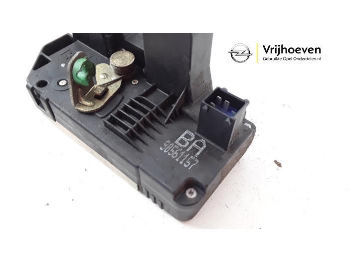 Rear door lock mechanism 4-door, left from a Opel Astra G (F08/48) 1.6 16V 2000