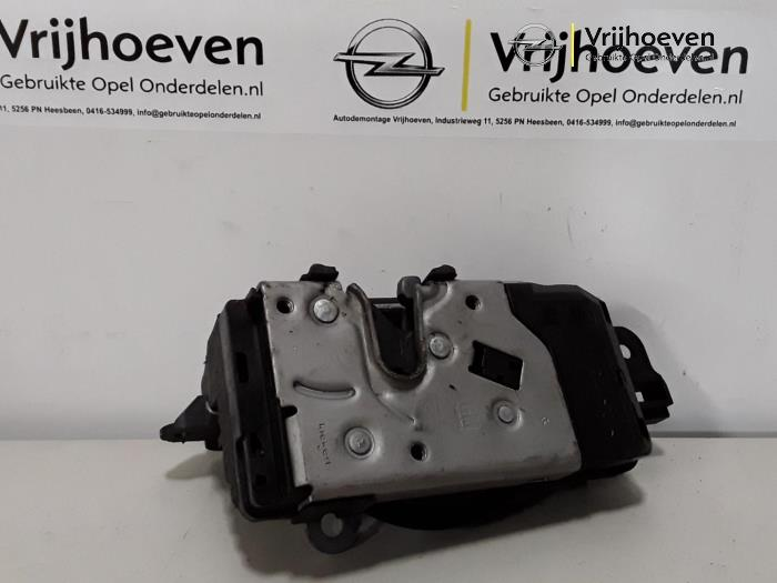 Front door lock mechanism 4-door, right from a Opel Astra H SW (L35) 1.6 16V Twinport 2007