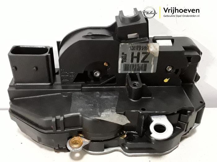 Front door lock mechanism 4-door, right from a Opel Astra J (PC6/PD6/PE6/PF6) 1.4 Turbo 16V 2012